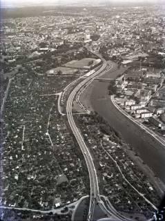 ARH NL Koberg 113, Hannover, u. a. Bremer Damm (auf seinem gesammten Verlauf vom Schwanenburgkreisel zum Königsworther Platz), rechts davon die Leine, 1965