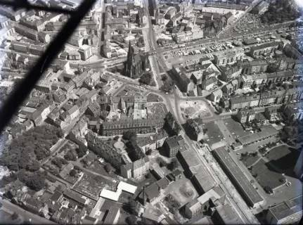 ARH NL Koberg 128, Luftbild von Hannover u. a. mit Marktkirche, Marktstraße und Karmarschstraße, 1959