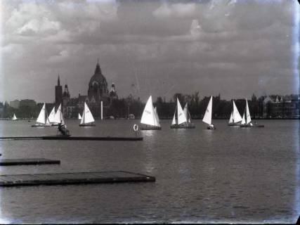 ARH NL Koberg 179, Segelboote auf dem Maschsee, im Hintergrund das Neue Rathaus, wohl 1957