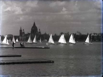 ARH NL Koberg 180, Segelboote auf dem Maschsee, im Hintergrund das Neue Rathaus, wohl 1957