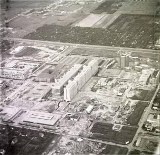 ARH NL Koberg 2041, Neubau der Medizinischen Hochschule im Vordergrund, Misburg, 1970