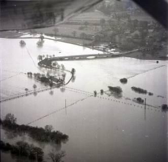 ARH NL Koberg 2283, Leinebrücke und Leinehochwasser, Bordenau, 1970