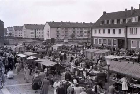 ARH NL Koberg 231, Marktstände auf dem Ricklinger Markt, Ricklingen, 1958