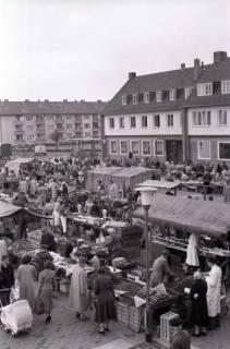 ARH NL Koberg 233, Marktstände auf dem Ricklinger Markt, Ricklingen, 1958