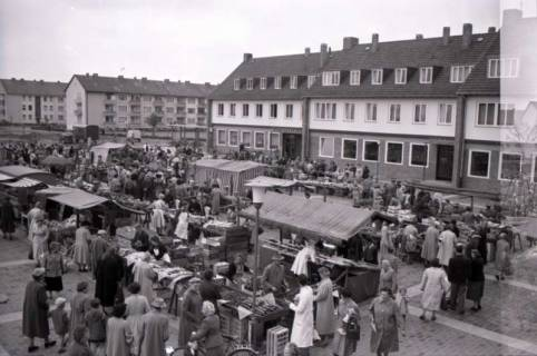 ARH NL Koberg 234, Marktstände auf dem Ricklinger Markt, Ricklingen, 1958