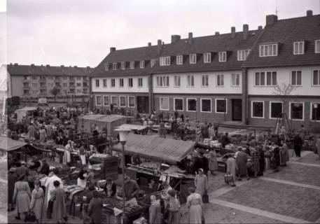 ARH NL Koberg 235, Marktstände auf dem Ricklinger Markt, Ricklingen, 1958