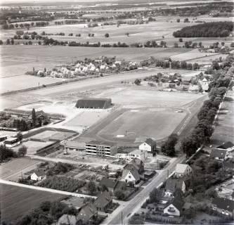 ARH NL Koberg 2351, Sportplatz und Schule, Bissendorf, 1975