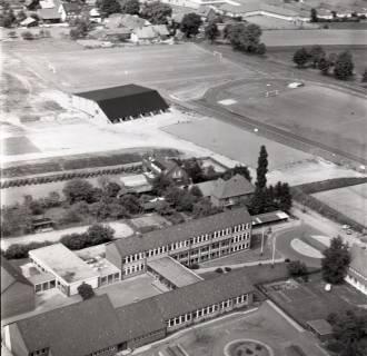ARH NL Koberg 2352, Sportplatz und Schule, Bissendorf, 1975