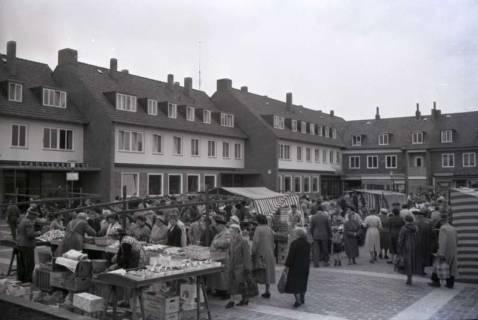 ARH NL Koberg 236, Marktstände auf dem Ricklinger Markt, Ricklingen, 1958
