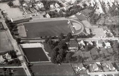 ARH NL Koberg 2522, Stadtansicht mit Freibad und Sportplatz, Springe, 1972