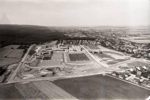 ARH NL Koberg 2646, Schulzentrum mit Sportplatz, Barsinghausen, 1971