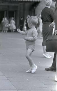 ARH NL Koberg 273, Kind auf dem Ernst-August-Platz, Hannover, 1962