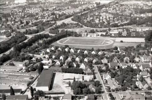 ARH NL Koberg 2759, Stadtansicht mit Sportplatz, Langenhagen, 1976