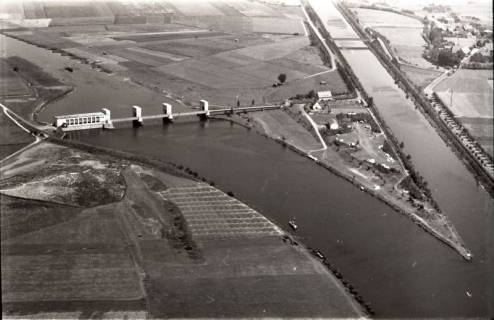 ARH NL Koberg 2932, Stauwehr und Schleusenkanal an der Weser, Petershagen-Lahde, 1960