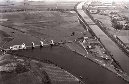 ARH NL Koberg 2933, Stauwehr und Schleusenkanal an der Weser, Petershagen-Lahde, 1960
