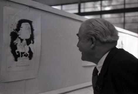 ARH NL Koberg 3049, Ministerpräsident Kopf freut sich über die Karikatur von Felix Mussil, Hannover, 1948