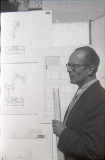 ARH NL Koberg 3057, Stadtbaurat Prof. Hillebrecht vor Planungsunterlagen, Hannover, 1949