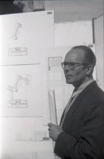 ARH NL Koberg 3058, Stadtbaurat Prof. Hillebrecht vor Planungsunterlagen, Hannover, 1949