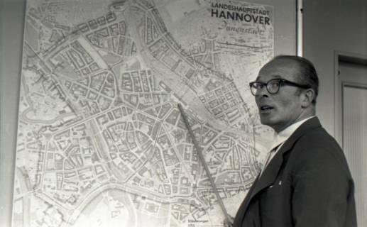 ARH NL Koberg 3059, Stadtbaurat Prof. Hillebrecht vor einem Stadtplan, Hannover, 1949