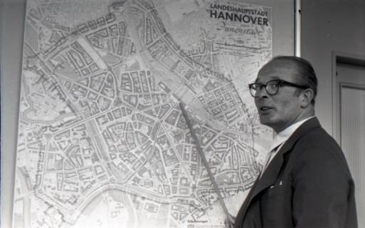 ARH NL Koberg 3060, Stadtbaurat Prof. Hillebrecht vor einem Stadtplan, Hannover, 1949