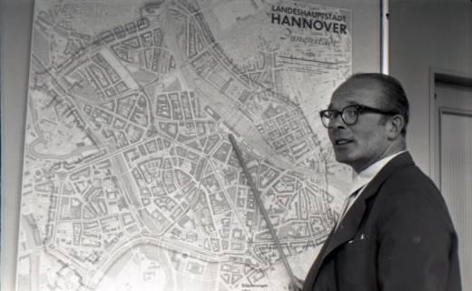 ARH NL Koberg 3061, Stadtbaurat Prof. Hillebrecht vor einem Stadtplan, Hannover, 1949