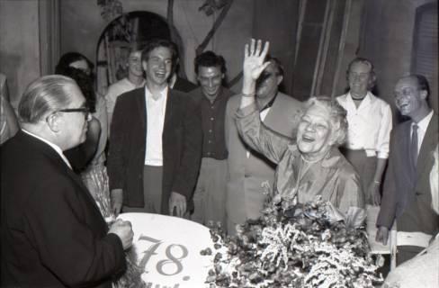 ARH NL Koberg 3074, 78. Geburtstag der Schauspielerin Tilla Durrieux, links Oberstadtdirektor Karl Wiechert, 1950