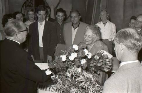ARH NL Koberg 3075, 78. Geburtstag der Schauspielerin Tilla Durrieux, links Oberstadtdirektor Karl Wiechert, 1950