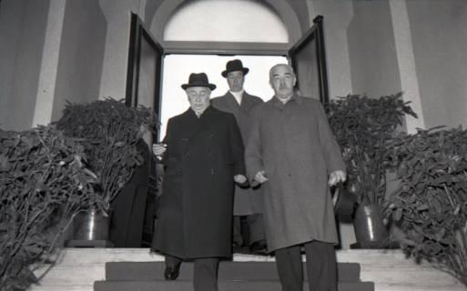 ARH NL Koberg 3081, Ankunft von Bundespräsident Theodor Heuss, in Begleitung von Ministerpräsident Kopf, am Hauptbahnhof, Hannover, 1950