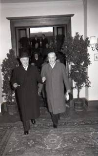 ARH NL Koberg 3082, Ankunft von Bundespräsident Theodor Heuss, in Begleitung von Ministerpräsident Kopf, am Hauptbahnhof, Hannover, 1950