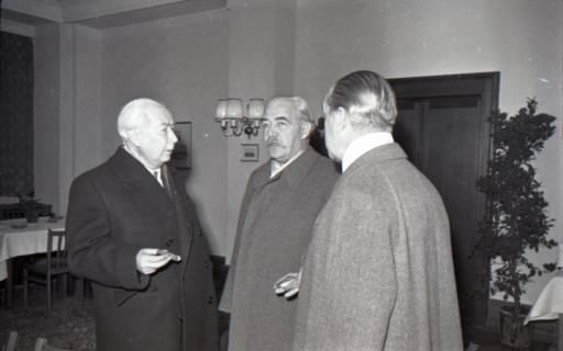 ARH NL Koberg 3083, Ankunft von Bundespräsident Theodor Heuss, in Begleitung von Ministerpräsident Kopf, am Hauptbahnhof, Hannover, 1950