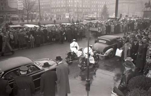 ARH NL Koberg 3088, Ankunft von Bundespräsident Theodor Heuss, in Begleitung von Ministerpräsident Kopf, am Hauptbahnhof, Hannover, 1950