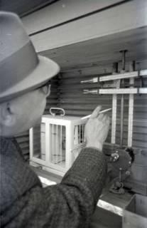 ARH NL Koberg 333, Kurt Dembke an Messgeräten der Wetterstation Steinhude, 1972