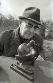 ARH NL Koberg 334, Kurt Dembke am Sonnenscheinschreiber der Wetterstation Steinhude, 1972