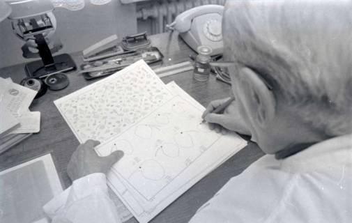 ARH NL Koberg 339, Kurt Dembke bei der Arbeit in der Wetterstation Steinhude, 1972