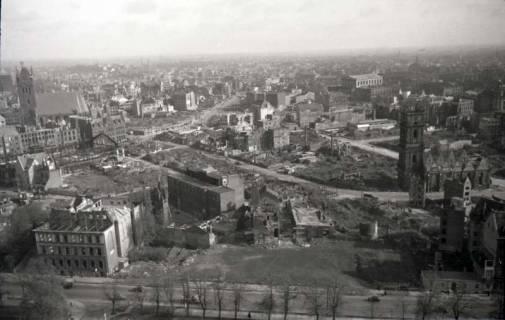 ARH NL Koberg 355, Blick vom Rathausturm auf das zerstörte Hannover u. a. mit Marktkirche, Altes Rathaus, Markthalle und Aegidienkirche. Im Vordergrund die Kunstgewerbeschule., zwischen 1948/1949