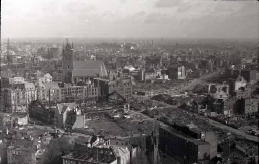 ARH NL Koberg 356, Blick vom Rathausturm auf das zerstörte Hannover u. a. mit Marktkirche, Altes Rathaus und Markthalle, zwischen 1948/1949