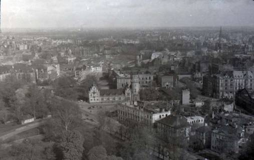 ARH NL Koberg 359, Blick vom Rathausturm auf das zerstörte Hannover u. a. mit Leineschloss, zwischen 1948/1949