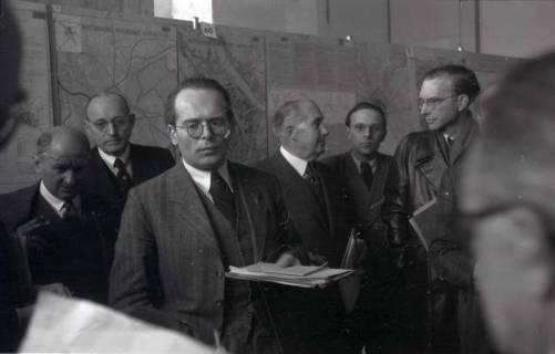 ARH NL Koberg 367, Entscheidung des Innenstadtwettbewerbs unter Leitung von Stadtbaurat Rudolf Hillebrecht, um 1949