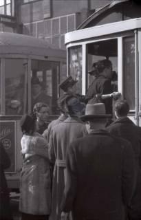 ARH NL Koberg 387, Fahrgäste an einer Straßenbahnhaltestelle, Hannover, zwischen 1948/1949