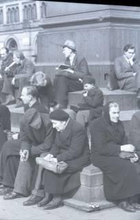 ARH NL Koberg 389, Personen auf dem Ernst-August-Platz, Hannover, zwischen 1948/1949