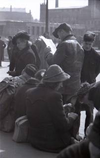 ARH NL Koberg 391, Personen auf dem Ernst-August-Platz, Hannover, zwischen 1948/1949