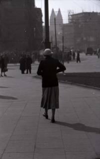 ARH NL Koberg 393, Personen auf dem Ernst-August-Platz, Hannover, zwischen 1948/1949
