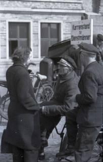 ARH NL Koberg 394, Dienstmänner auf dem Ernst-August-Platz, Hannover, zwischen 1948/1949