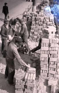 ARH NL Koberg 397, Steine putzen und aufschichten in der Karmarschstraße, Hannover, 1947