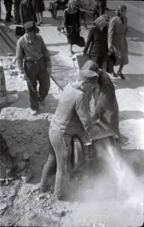 ARH NL Koberg 398, Mauersteine abschleifen in der Karmarschstraße, Hannover, 1947
