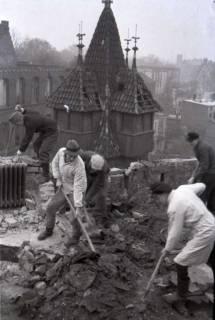 ARH NL Koberg 419, Lehrer und Studenten räumen die Kunstgewerbeschule von Schutt frei, Hannover, wohl 1946