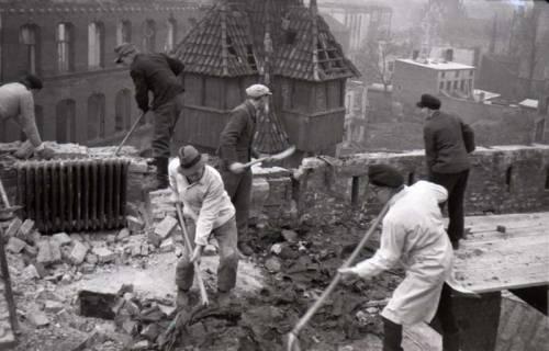 ARH NL Koberg 420, Lehrer und Studenten räumen die Kunstgewerbeschule von Schutt frei, Hannover, wohl 1946