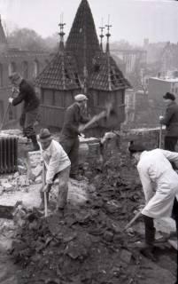ARH NL Koberg 421, Lehrer und Studenten räumen die Kunstgewerbeschule von Schutt frei, Hannover, wohl 1946