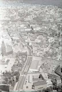 ARH NL Koberg 473, Luftbild von Hannover u. a. mit Marktkirche, Karmarschstraße, Oper und Hauptbahnhof, Hannover, 1957