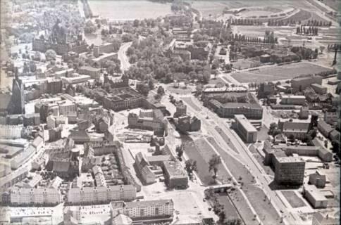 ARH NL Koberg 479, Luftbild von Hannover u. a. mit Leibnizufer, Leineschloss, Leine, Marktkirche, Rathaus, Maschsee und Niedersachsenstadion, 1957